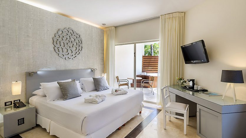 hotel 30 for sale 320 rooms beachfront 3 835x467 - Hotel for Sale #30