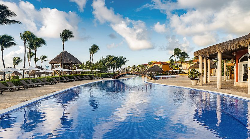 hotel 30 for sale 320 rooms beachfront 8 835x467 - Hotel for Sale #30